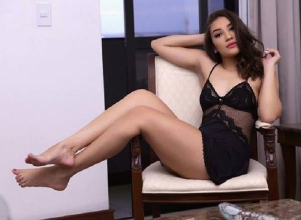Digital influencer Iana Peres esbanja beleza em foto de lingerie