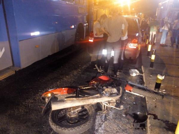 Assaltante morre após colisão entre moto e ônibus em Teresina