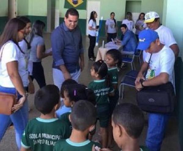 Prefeito Júnior Carvalho acompanhando as ações do PSE em escola da zona rural de Demerval Lobão