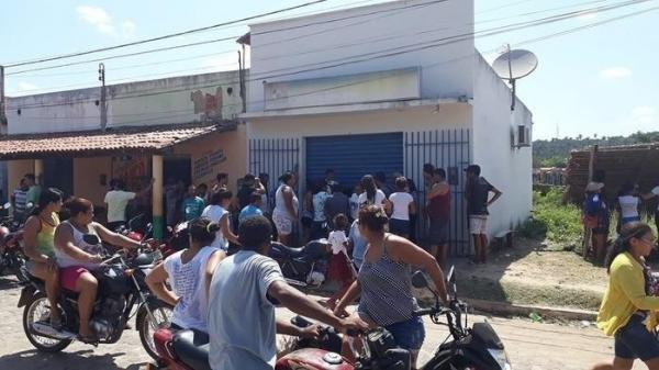 Clientes são feitos de reféns durante assalto a casa lotérica em Nossa Senhora dos Remédios (Imagem: Divulgação/Whatsapp)