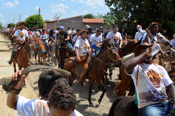 Cavalgada dos Amigos de Hugo Napoleão reúne grande público e vaqueiros de várias localidades da região; veja imagens