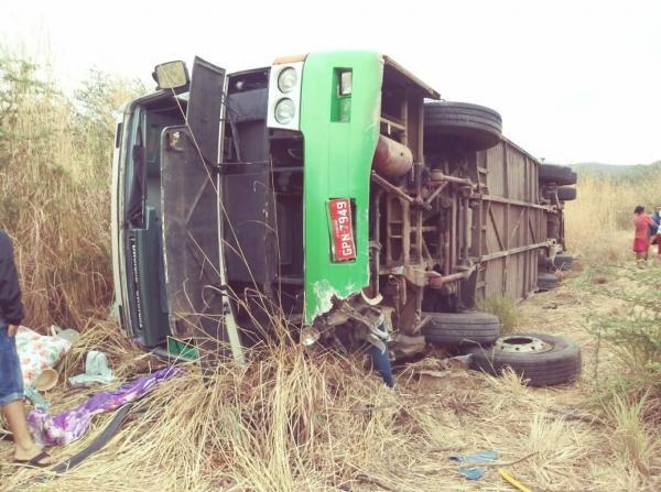 Ônibus com romeiros de Teresina capota em serra no Ceará e deixa dois mortos