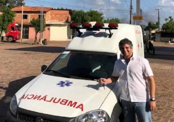 Prefeito Robertinho recebe nova ambulância para o município de Miguel Leão (Imagem: Divulgação)
