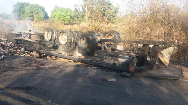 Caminhão carregado de produto químico tomba, pega fogo e BR-135 é interditada no Sul do Piauí