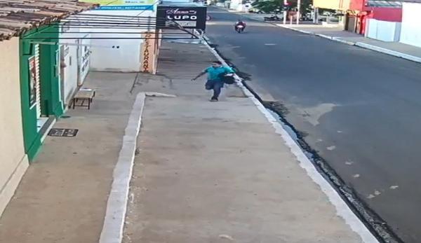 Gerente de casa lotérica foi perseguido e teve mochila com dinheiro roubada (Imagem: Reprodução)