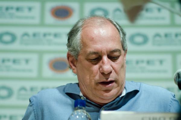 Ciro Gomes viaja para o exterior e frustra planos de Haddad para o segundo turno