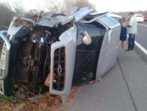 Mulher morre e cinco ficam feridos em colisão entre dois carros na BR-343