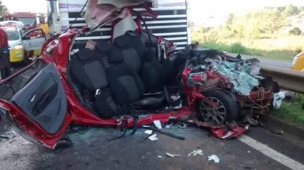 Homem sobrevive após ter seu carro prensado por ônibus e caminhão