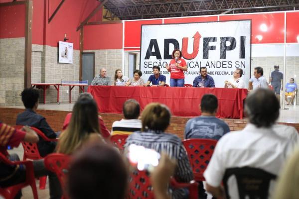 Servidores da UFPI fazem ato em apoio a Fernando Haddad