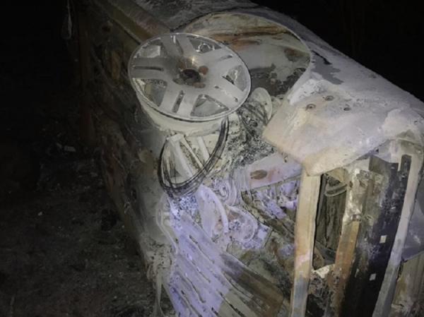 Uma pessoa morre após carro colidir com moto, descer ribanceira e pegar fogo na PI-113