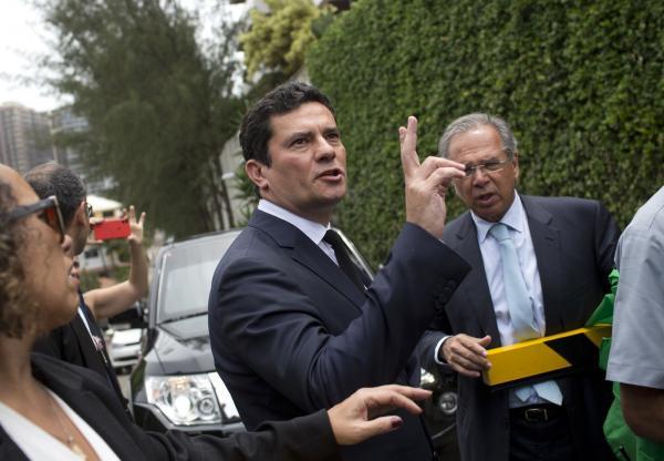 Juiz Sérgio Moro aceita convite de Bolsonaro para comandar o Ministério da Justiça e Segurança Pública