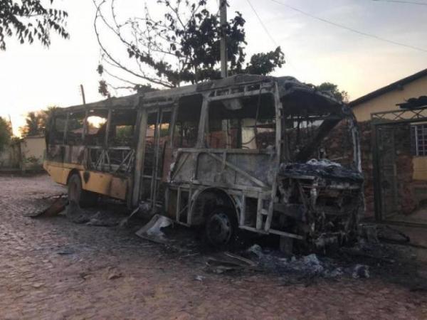 Ônibus escolar pega fogo no Sul do Piauí e a suspeita é de incêndio criminoso