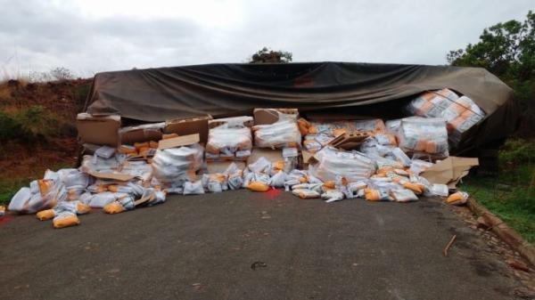 Caminhão carregado de sementes tomba no sul do Piauí