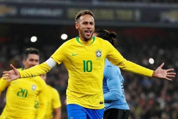 Neymar faz gol de pênalti, e Brasil vence o Uruguai em amistoso