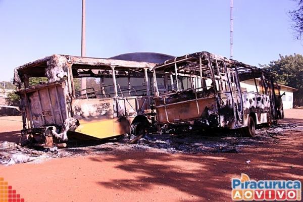 Incêndio que destruiu cinco ônibus escolares em Piracuruca foi ato criminoso, afirma SEDUC