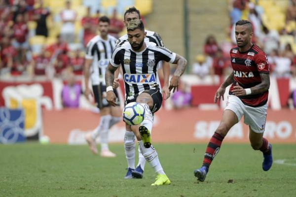 Flamengo vence com um a menos e volta a sonhar com título