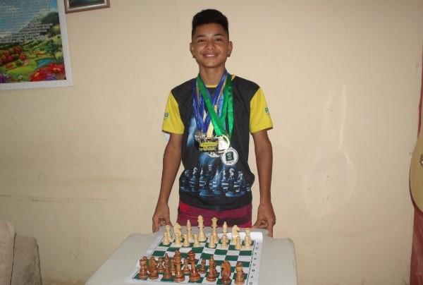 Jovem aguabranquense Matheus Henrique de 14 anos é destaque no jogo de xadrez