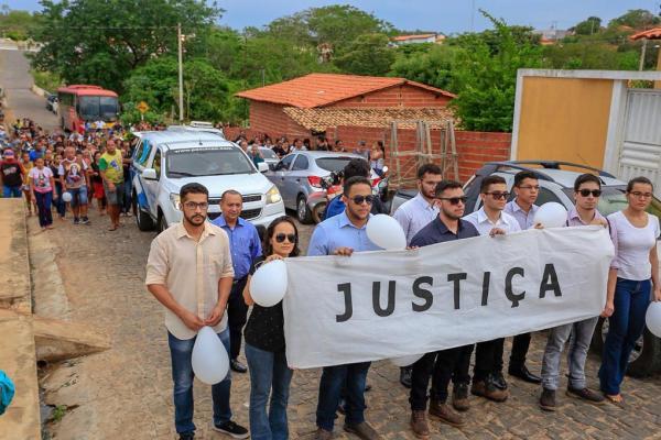 O sepultamento aconteceu na tarde desta segunda-feira (Imagem: Lucas Dias)