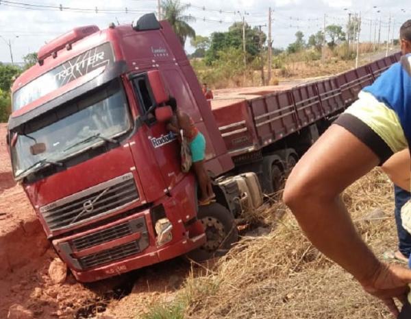 Caminhão sai da pista, atropela ciclista e cai em barranco em THE