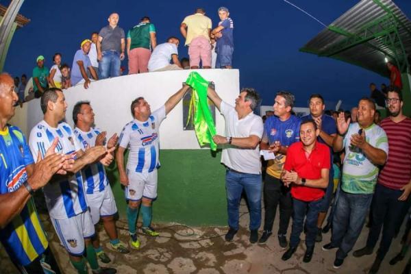 Prefeito Júnior Carvalho, autoridades e desportistas inauguram novo gramado e iluminação do estádio de Demerval Lobão