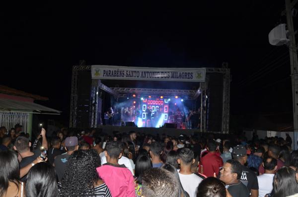 Grande show em praça pública marca comemoração do 23º aniversário de Santo Antônio dos Milagres; veja imagens