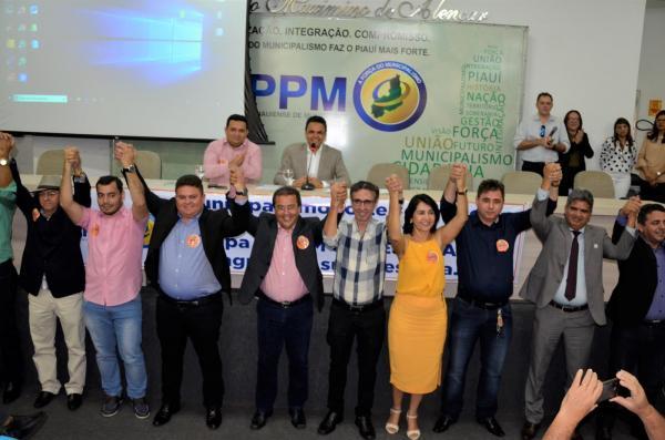 Aclamação da nova mesa diretora da AMPAR (Imagem: Valdomiro Gomes/CANAL 121)