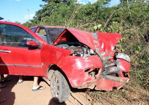 Com a força do impacto o carro teve a frente totalmente danificada (Imagem: CANAL 121)