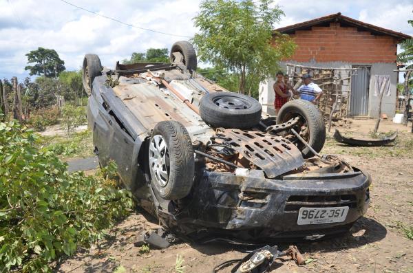 Motorista perde controle da direção e capota carro em Hugo Napoleão; segundo caso em três dias - fotos