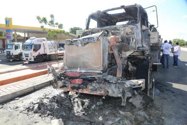 Caminhão transportando ferro pega fogo na rodovia BR-316