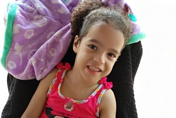 Criança com paralisia precisa de dinheiro para cirurgia em Teresina