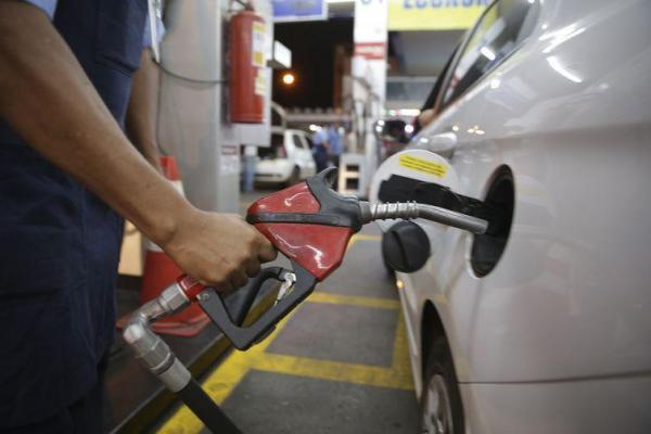 Petrobras anuncia nova queda no preço da gasolina