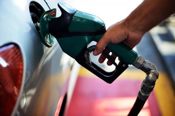Preço médio da gasolina cai, mas continua acima de R$ 4
