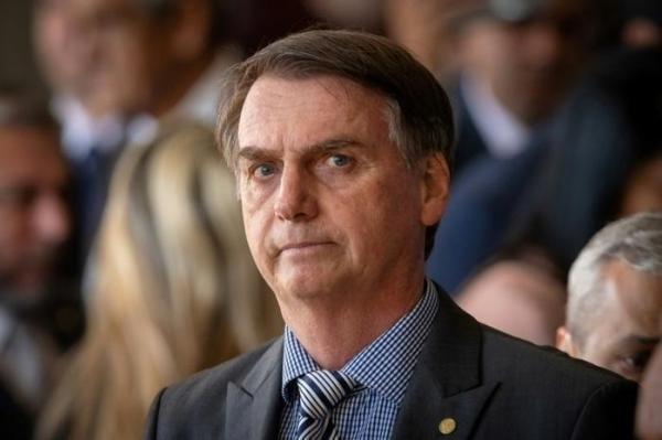 Bolsonaro diz que decidiu ajudar a enviar Battisti
