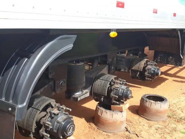 Caminhoneiro é sequestrado, amarrado e bandidos levam 18 pneus de carreta em Barro Duro