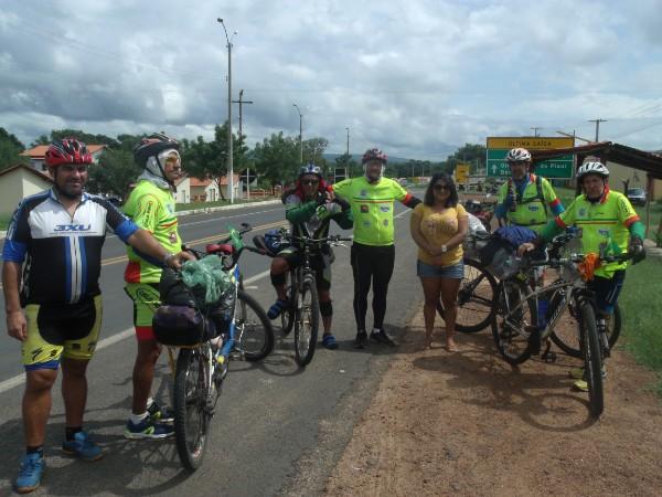 Ciclistas que saíram de Cristalândia com destino ao litoral piauiense passam por Água Branca