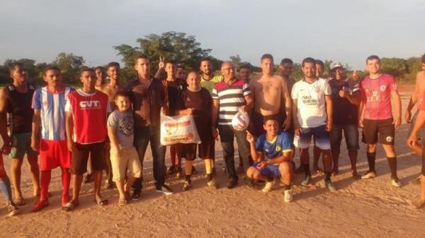 Prefeitura de Demerval Lobão faz entrega de Kit's material esportivo