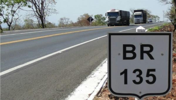 Caminhão tomba e deixa uma pessoa morta na BR-135, no Sul do Piauí