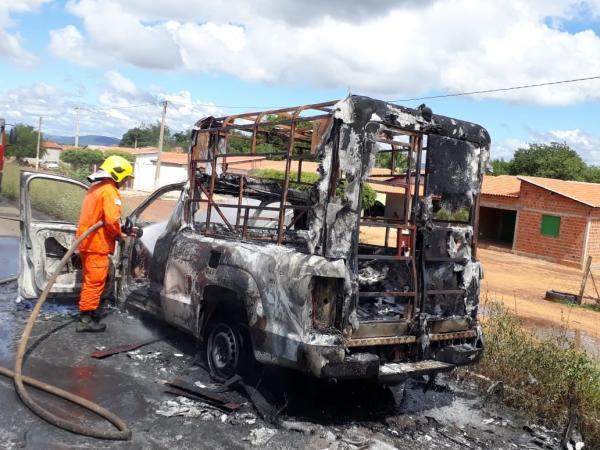 A ambulância ficou totalmente destruída pelas chamas (Imagem: Divulgação)