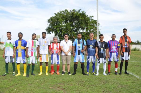 São Gonçalo do PI | Prefeito Júnior Ribeiro faz entrega de uniformes para times participantes de campeonato municipal de futebol