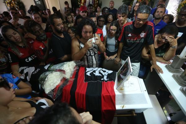 Parentes e amigos comovidos comparecem ao funeral do jovem Arthur Vinicius (Imagem: Fábio Motta - Estadão conteúdo )
