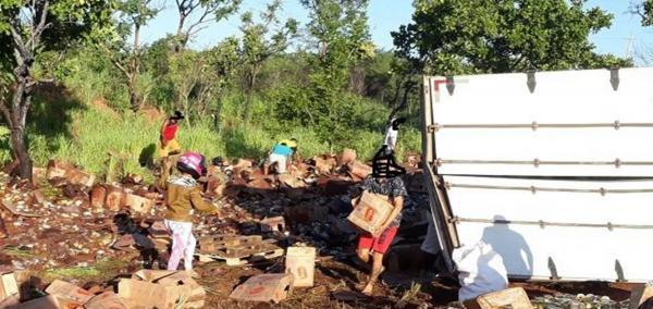 Carreta tomba na BR 135 e carga é saqueada na região Sul do Piauí