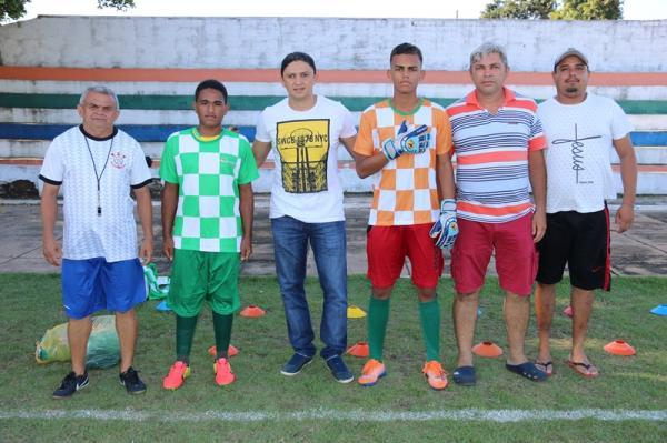 Secretaria de Esportes de Água Branca entrega material esportivo para seleções de futebol de base