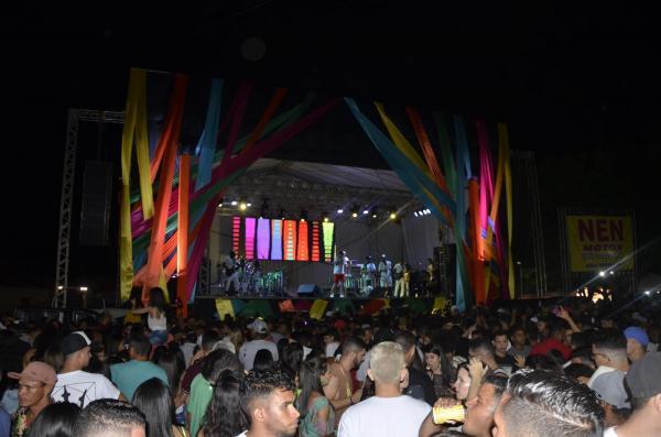 Multidão lota Praça de Eventos e marca 1ª noite do Carnaval de Água Branca; veja imagens