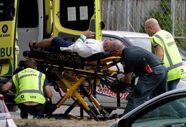 Ferido é socorrido após ataque em mesquita no centro de Christchurch, na Nova Zelândia, nesta sexta-feira (15) — Foto: Mark Baker/ AP