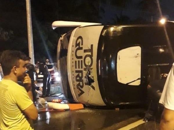 Ônibus da banda Forró Sacode tomba em rodovia do Ceará e deixa feridos