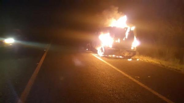 Carro-forte pega fogo na BR-343 em Amarante após possível pane elétrica