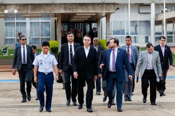 O presidente Jair Bolsonaro durante embarque para Washington, na Base Aérea de Brasília, na manhã deste domingo (17) (Imagem: Alan Santos/Presidência da República)