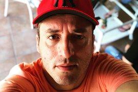 Cantor Tony Guerra tranquiliza fãs após grave acidente com ônibus