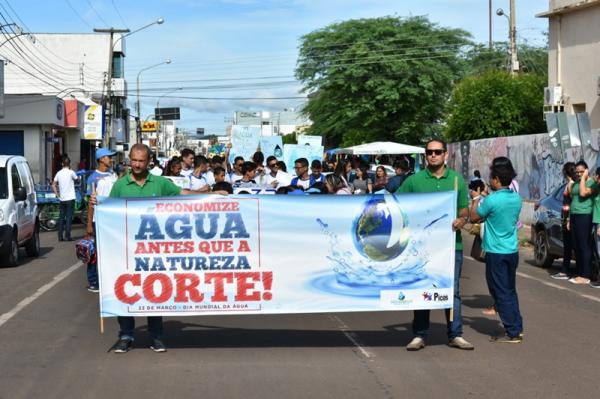 Alunos participam de caminhada em comemoração ao Dia Mundial da Água