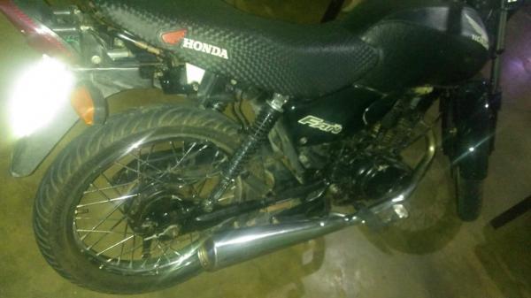 Motocicleta encontrada com o suspeito (Imagem: Divulgação PM)
